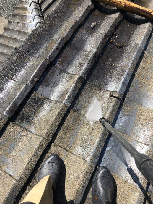 屋根塗装の為の洗浄風景画像